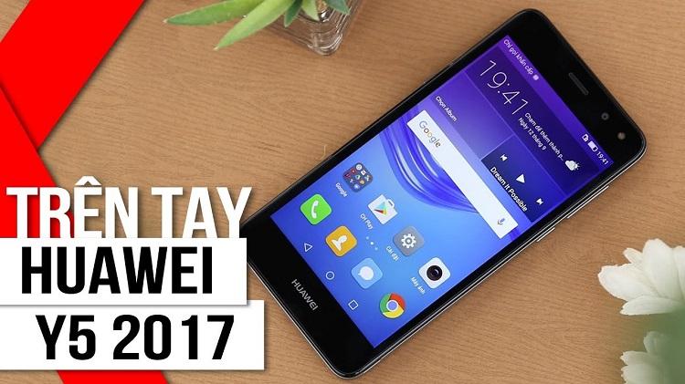 Trên tay là Huawei Y5 2017 màu đen