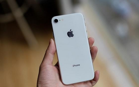 Nguyên nhân iphone 8 không dùng cũng hết pin