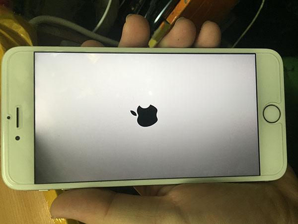 Vì sao iPhone 6s Plus tối nửa màn hình bên phải