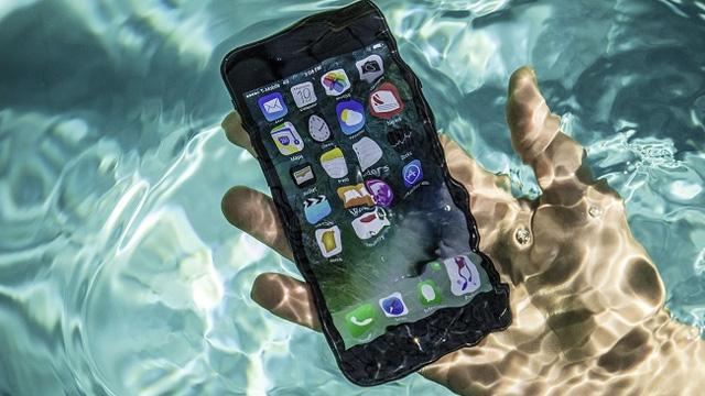 Điện thoại rớt nước không lên nguồn